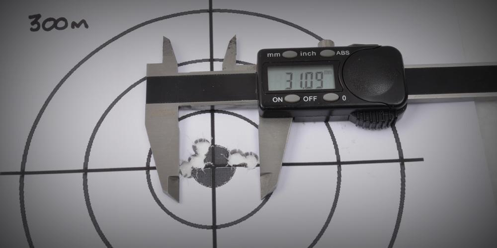 Ein typische 300m - 5 Schuss Gruppe mit Fabrik Munition von ein Roedale Precision Hunter HBV in den händen von ein Ausgebildeter Scharfschützer